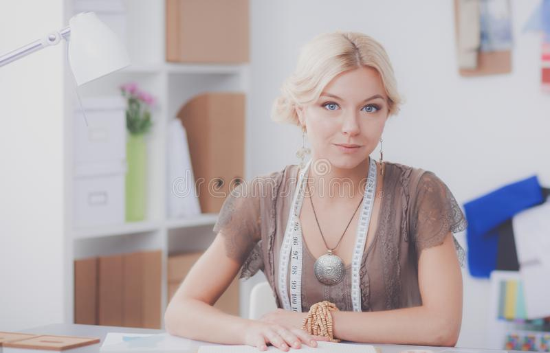 Junger Modedesigner, der am Studio arbeitet lizenzfreie stockbilder