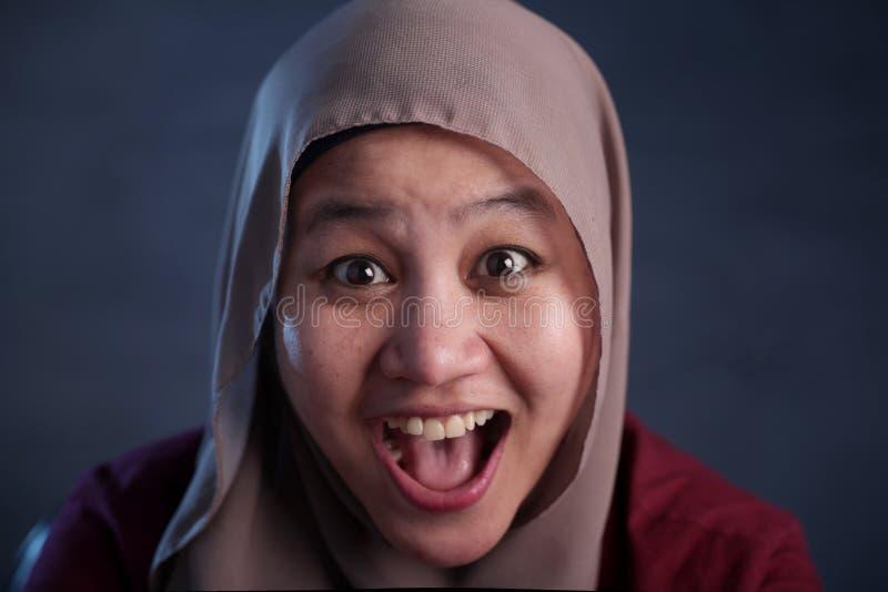 Junger moslemischer Damenlachen gl?cklich Ausdruck lizenzfreie stockfotos