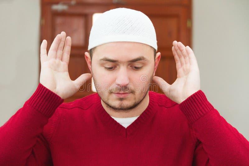 Junger moslemischer Mann, der islamisches Gebet zeigt lizenzfreie stockfotos