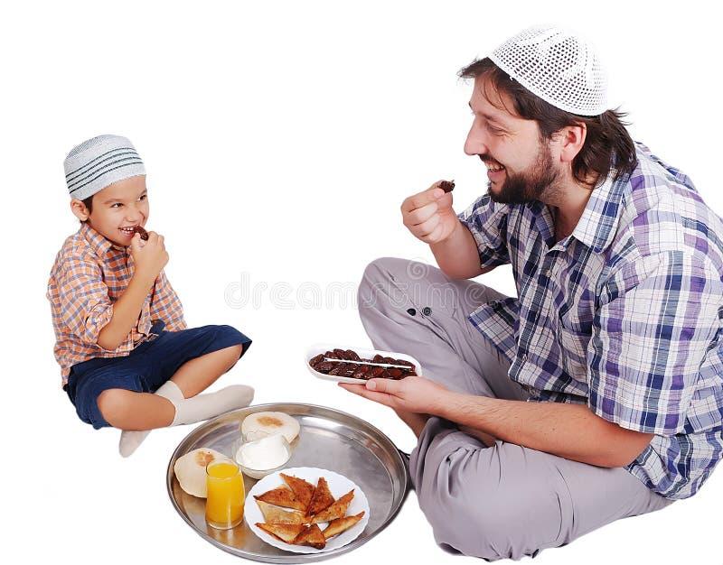 Junger moslemischer Mann und sein Sohn lizenzfreie stockfotos