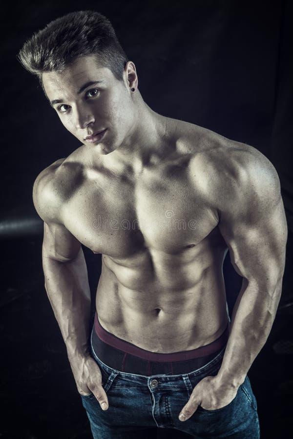 Download Junger Muscleman, Der Auf Schwarzem Hintergrund Hemdlos Steht Stockfoto - Bild von muskulös, getrennt: 90229636