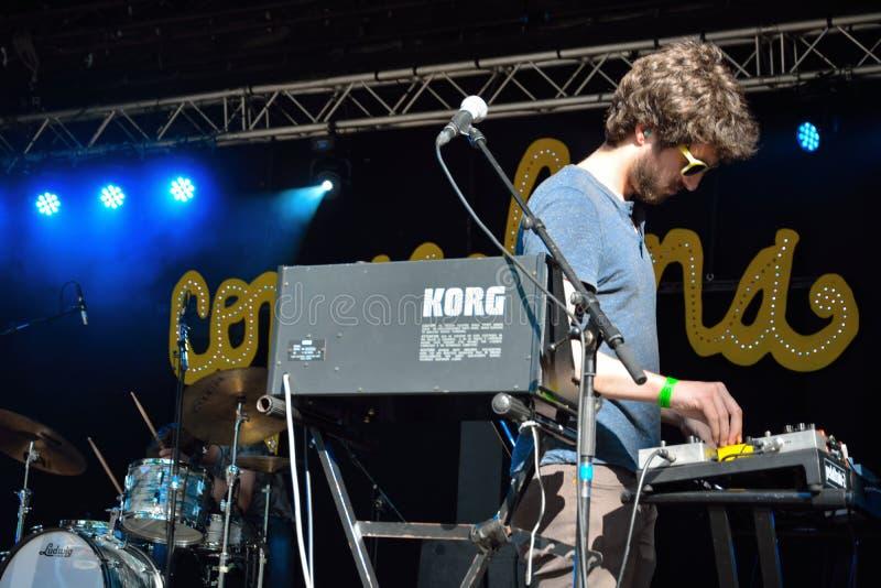 Junger Musiker, der synthesizer spielt lizenzfreies stockfoto