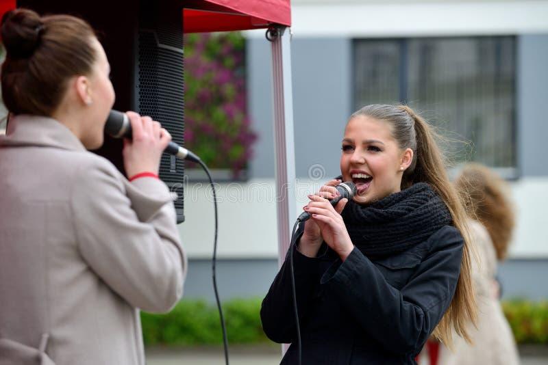 Junger Musiker singt in der Straße stockbild