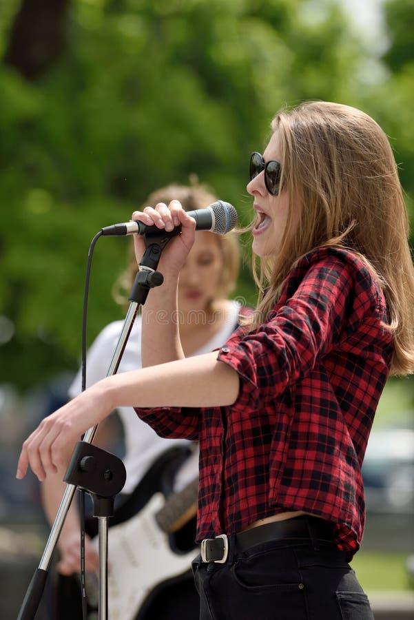 Junger Musiker singt am Straßen-Musik-Tag stockbilder