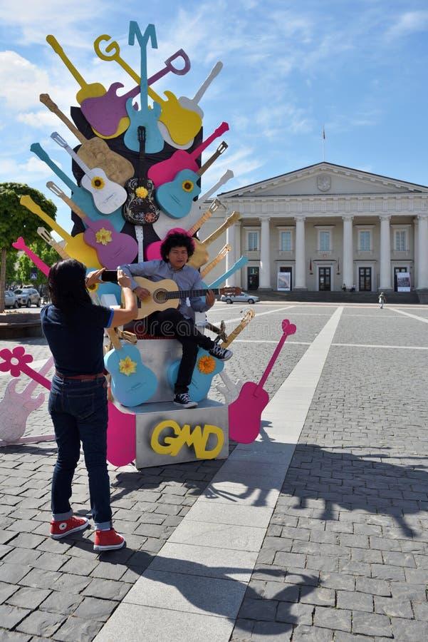 Junger Musiker singt am Straßen-Musik-Tag stockfotos