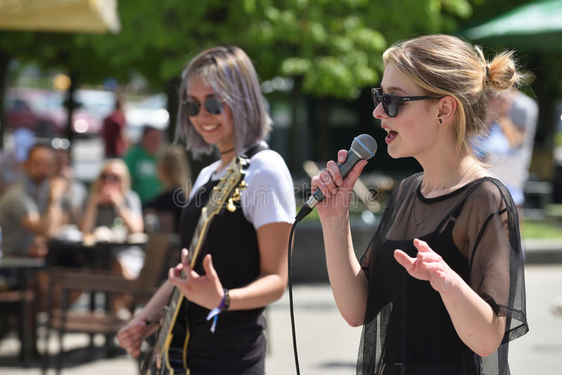 Junger Musiker singt am Straßen-Musik-Tag lizenzfreies stockfoto