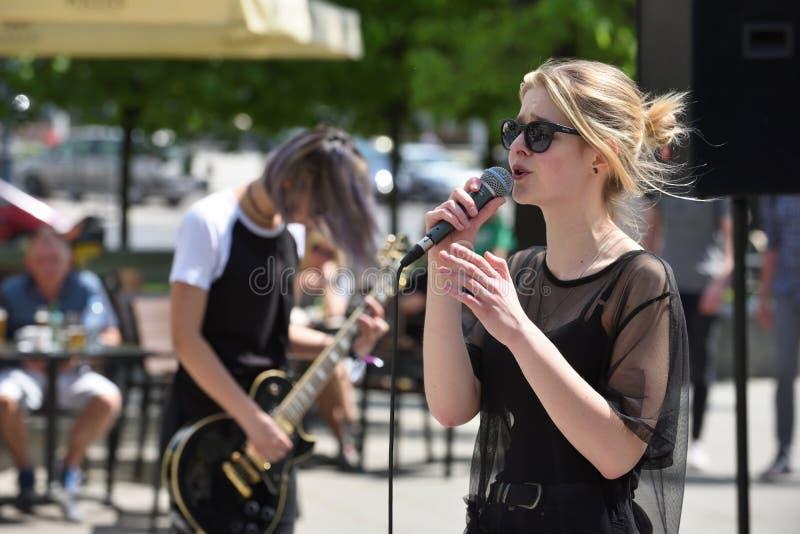 Junger Musiker singt am Straßen-Musik-Tag stockfotografie