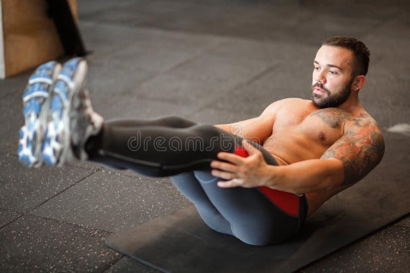 Junger muskulöser Mann, der Sport in der Turnhalle tut Getrennt auf Weiß stockfotos