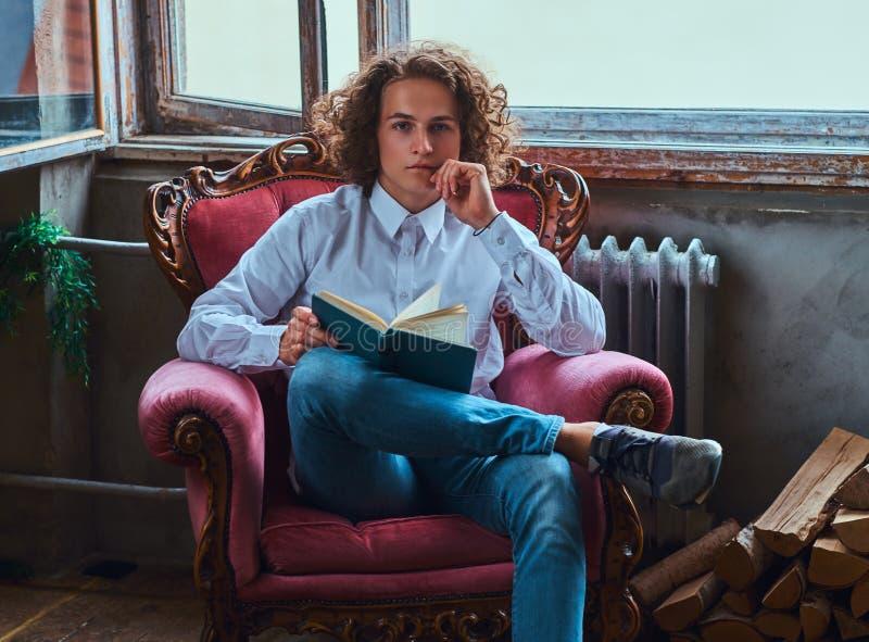 Kursteilnehmer Mit Dem Buch Auf Einem Stuhl Stockbild