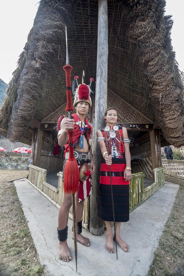 Junger Naga Stammes- traditionelle Kleidung Couplein am Hornbillfestival, Kohima, Nagaland, Indien am 1. Dezember 2013 lizenzfreies stockfoto