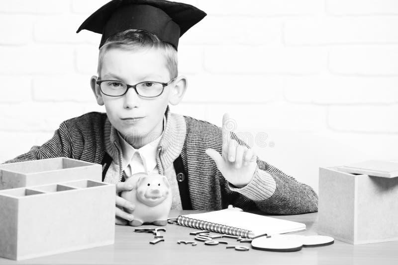 Junger netter kleiner Schülerjunge lizenzfreies stockbild
