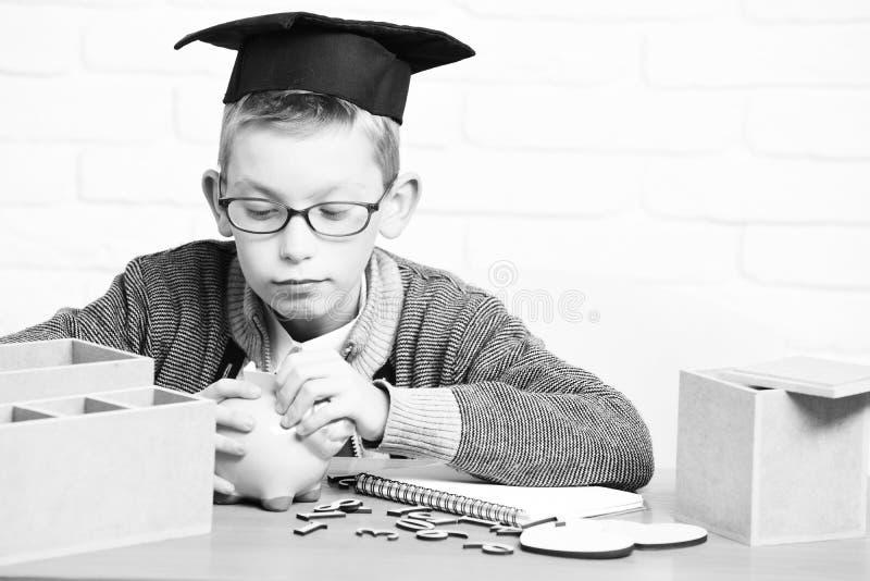 Junger netter kleiner Schülerjunge lizenzfreie stockbilder