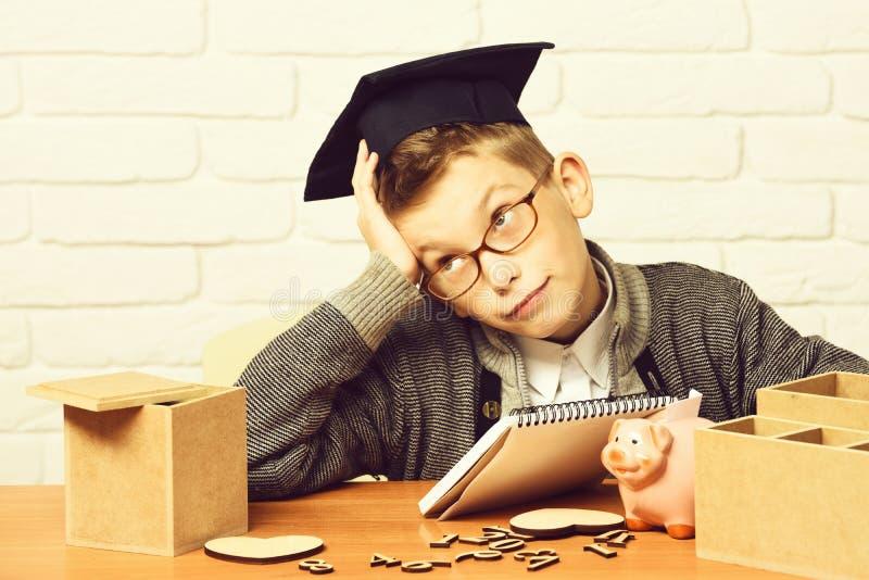 Junger netter kleiner Schülerjunge lizenzfreies stockfoto