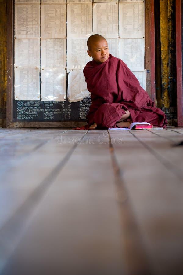 Junger nicht identifizierter buddhistischer Mönch, der in der Klosterschule Shwe Yan Pyay lernt lizenzfreies stockfoto