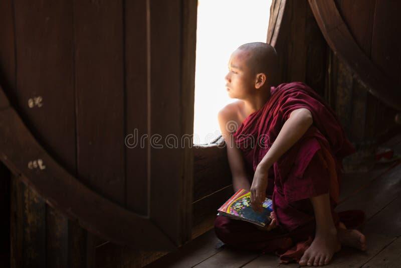 Junger nicht identifizierter buddhistischer Mönch, der in der Klosterschule Shwe Yan Pyay lernt stockbilder