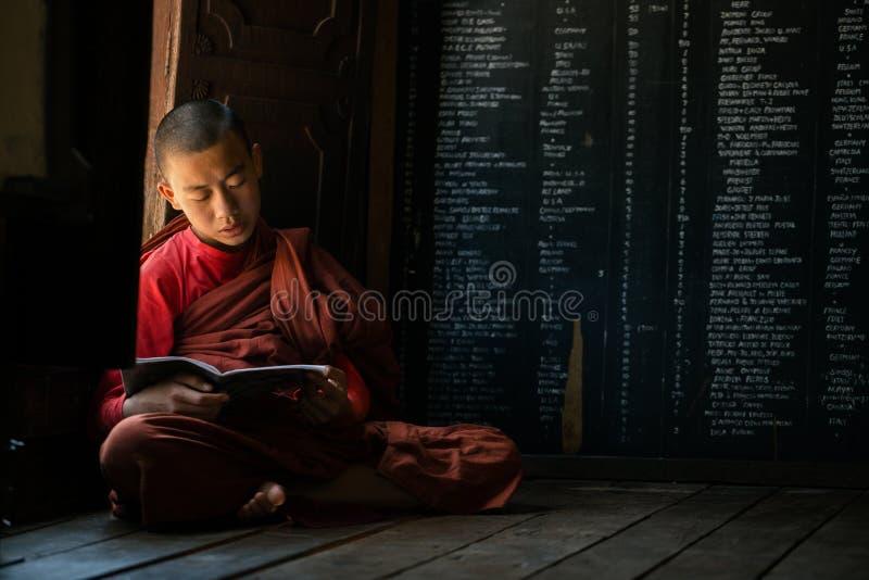 Junger nicht identifizierter buddhistischer Mönch, der in der Klosterschule Shwe Yan Pyay lernt stockfotos