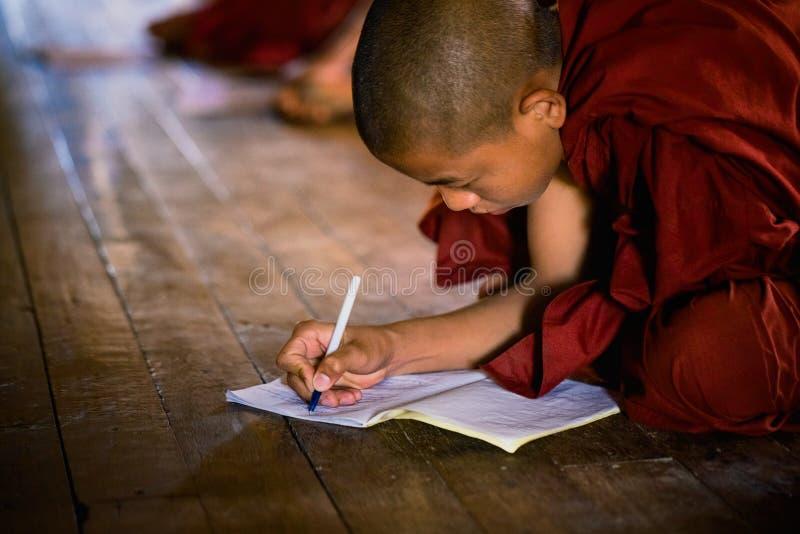 Junger nicht identifizierter buddhistischer Mönch, der in der Klosterschule Shwe Yan Pyay lernt lizenzfreies stockbild