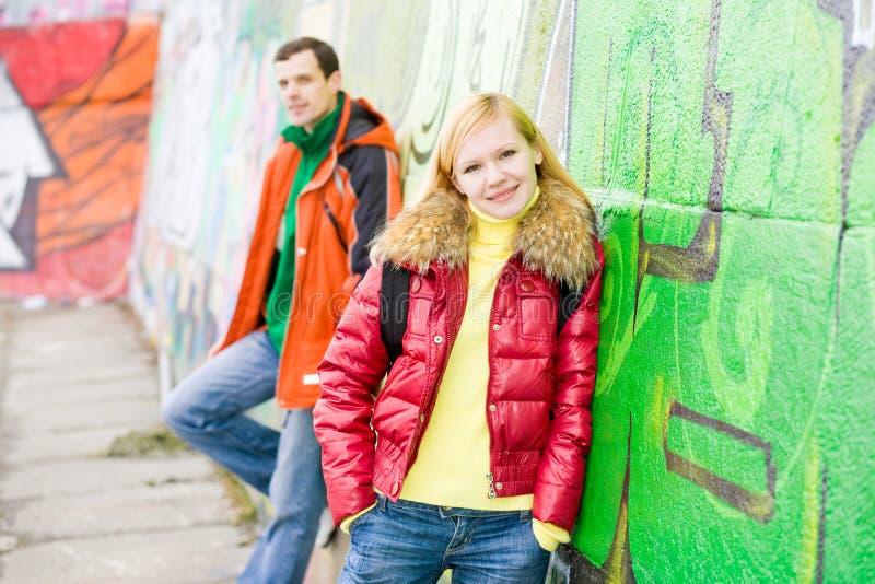 Junger Paarhintergrund der Graphitwand lizenzfreie stockfotografie