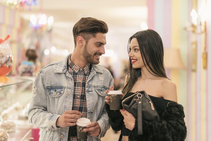 Junger Paarkaufenkaffee zum mitnehmen in der Bar stockbilder