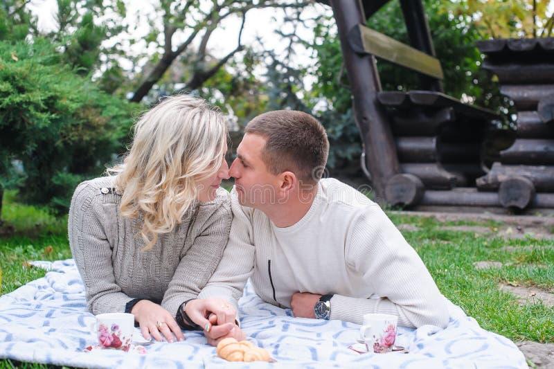 Junger Paarmann und -frau, die im Park küsst lizenzfreies stockfoto