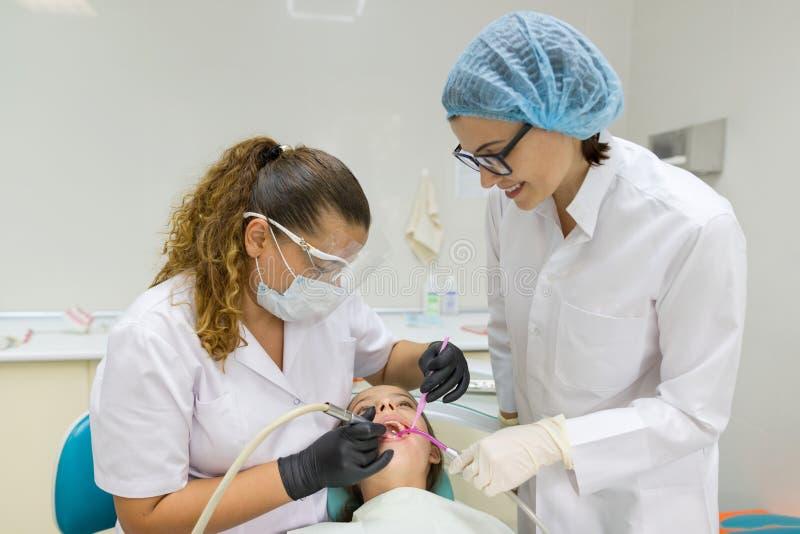 Junger Patient im zahnmedizinischen Stuhl Medizin-, Zahnheilkunde-und Gesundheitswesen-Konzept lizenzfreies stockfoto