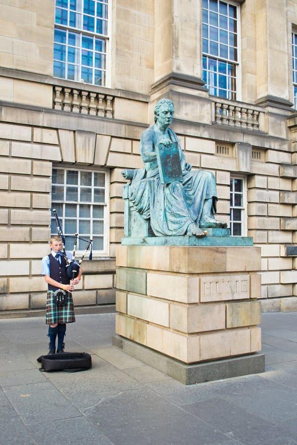 Download Junger Pfeifer Während Des Edinburgh-Festivals Redaktionelles Stockfotografie - Bild von spaß, hume: 27728552