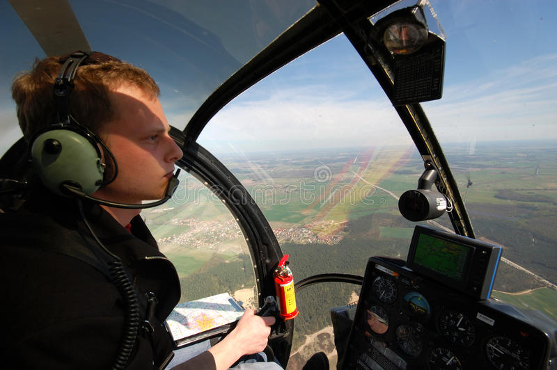 Junger Pilot im Cockpit stockfotos