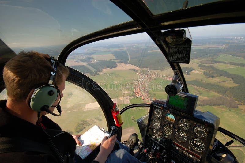 Junger Pilot im Cockpit stockfotografie