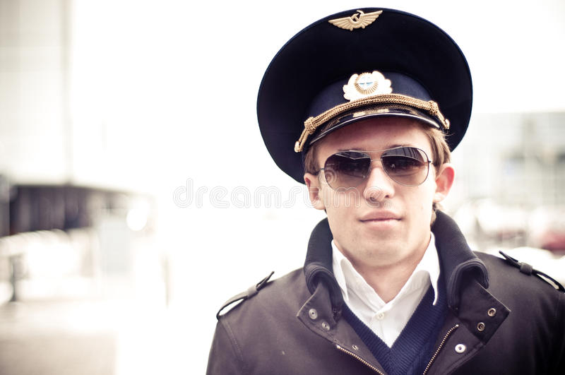Junger Pilot im Kastrup Flughafen gegen Terminal, c lizenzfreie stockfotos
