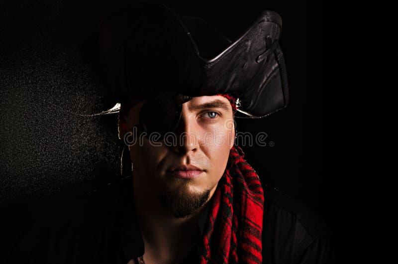 Junger Pirat, der den Abstand untersucht lizenzfreie stockfotos