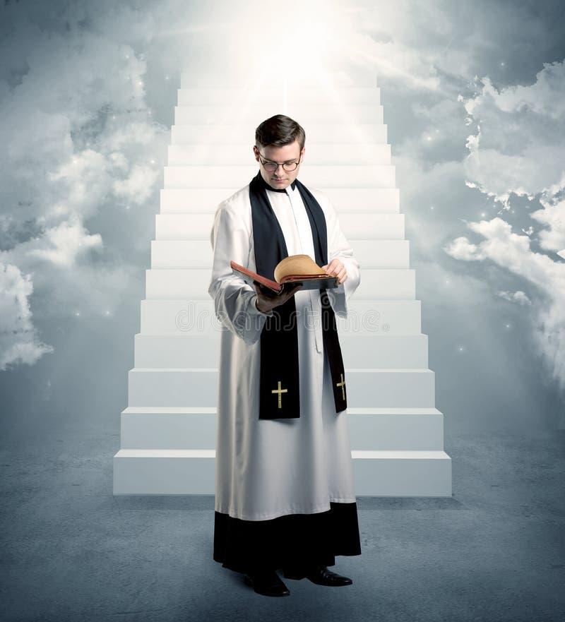 Junger Priester, wenn sein Segen gegeben wird lizenzfreies stockfoto