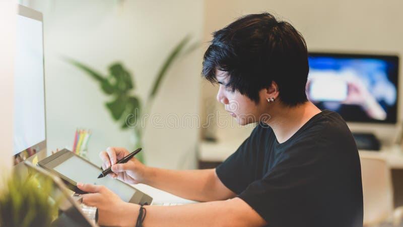 Junger professioneller männlicher Fotograf, der seine Fotos überarbeitet lizenzfreie stockbilder