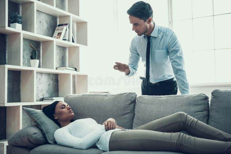 Junger Psychologe stellt Frau in Trance vor lizenzfreies stockfoto