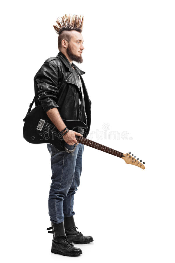 Junger Punkrocker, der eine E-Gitarre hält stockbild