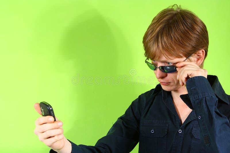 Junger red-haired Kerl mit dem Telefon lizenzfreie stockfotografie