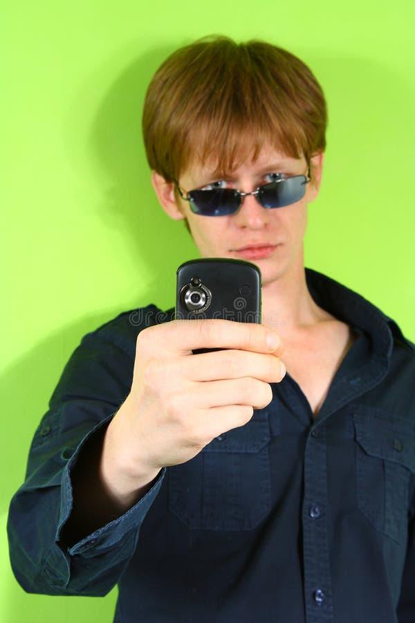 Junger red-haired Kerl mit dem Telefon lizenzfreie stockfotos