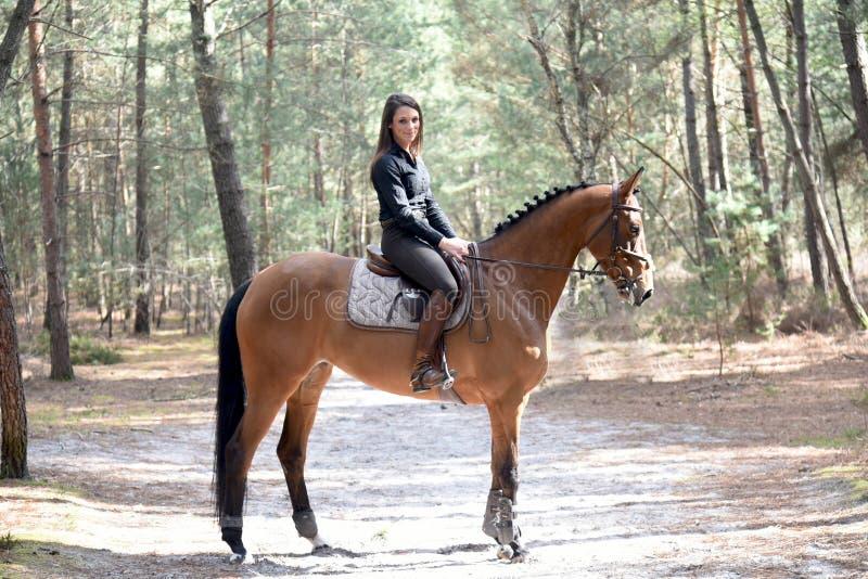 Junger Reiter im Wald lizenzfreies stockbild