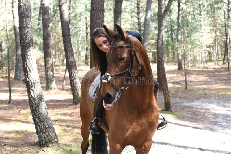 Junger Reiter im Wald lizenzfreie stockfotos