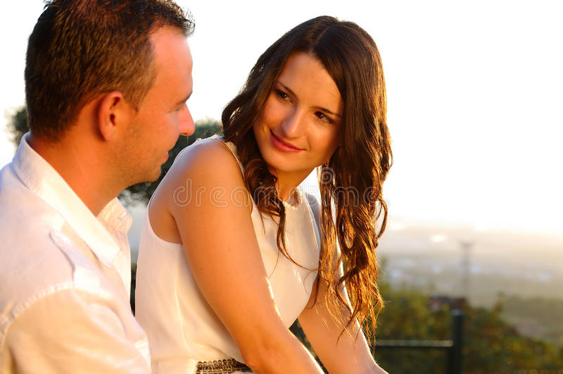 Junger romantischer PaarBlickkontakt bei Sonnenuntergang stockfotografie
