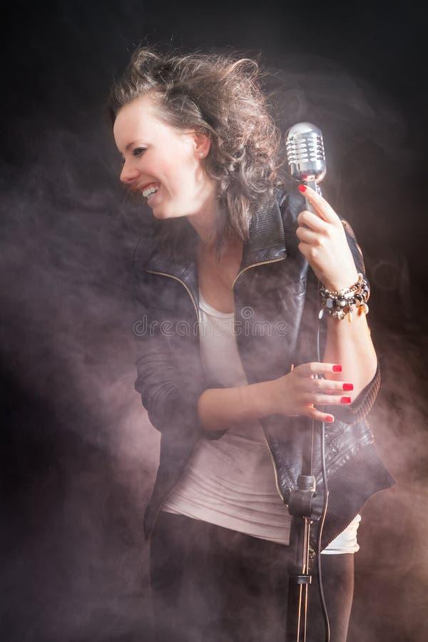 Junger Sänger und Ausdruck auf der Stufe stockbild