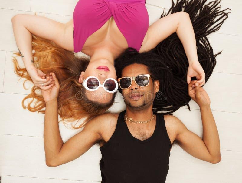 Junger schöner Afroamerikaner, gemischt, Paare in der Liebe stockfotografie