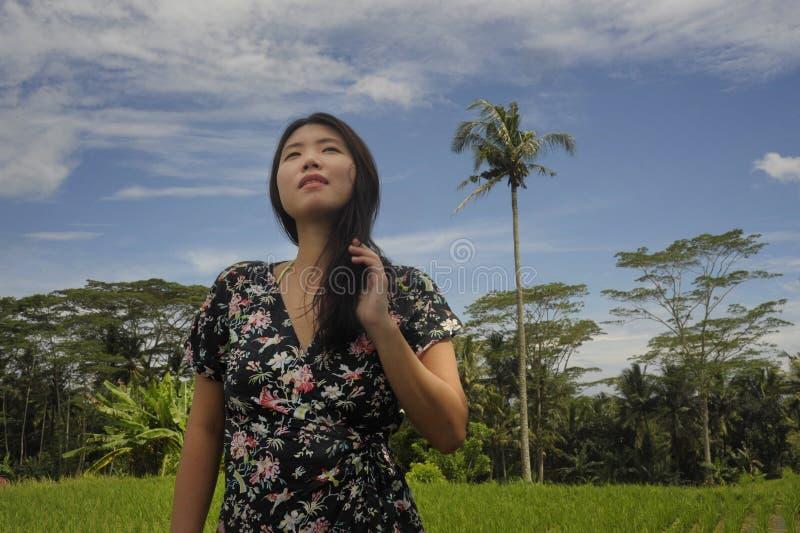 Junger schöner asiatischer chinesischer touristischer Erforschungsdschungel und Reis fängt Auflagenbereich in Bali entspanntes un stockbild
