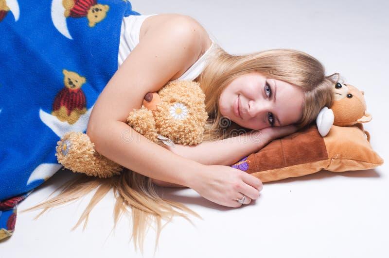 Junger schöner Frauenschlaf stockfoto