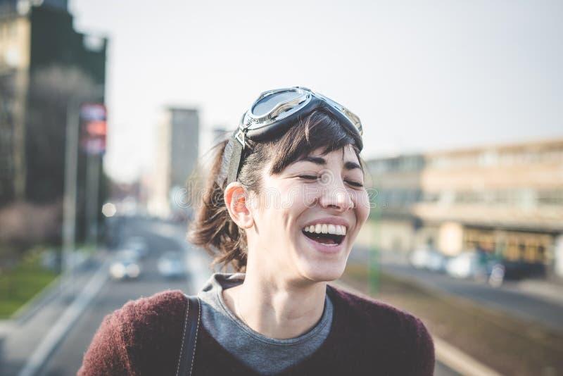 Junger schöner Hippie-Frauenerfolg lizenzfreie stockfotografie