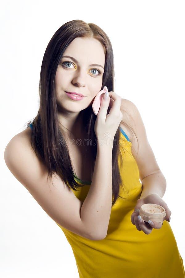 Junger schöner Jugendlicher, der Puder anwendet lizenzfreie stockfotografie