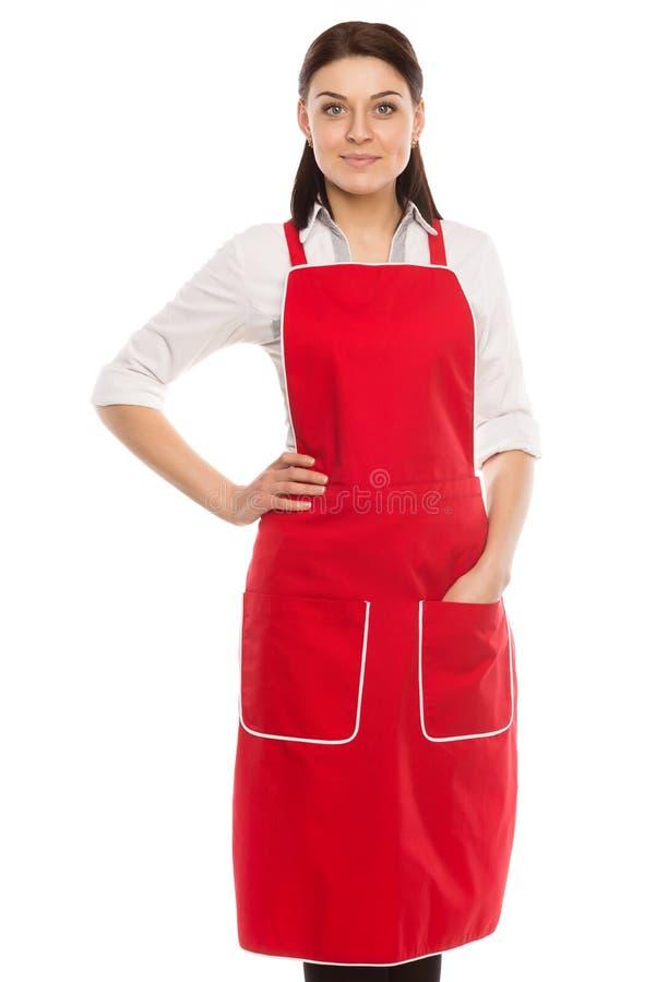 Junger schöner lächelnder Brunette in einem roten Schutzblech stockbild