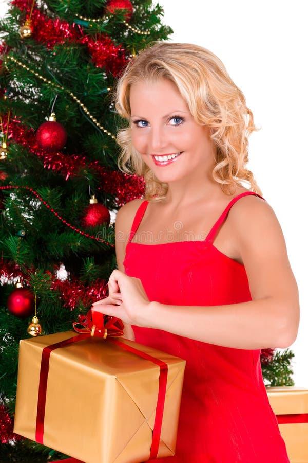 Junger schöner Mädchenöffnung Weihnachtskasten stockbild