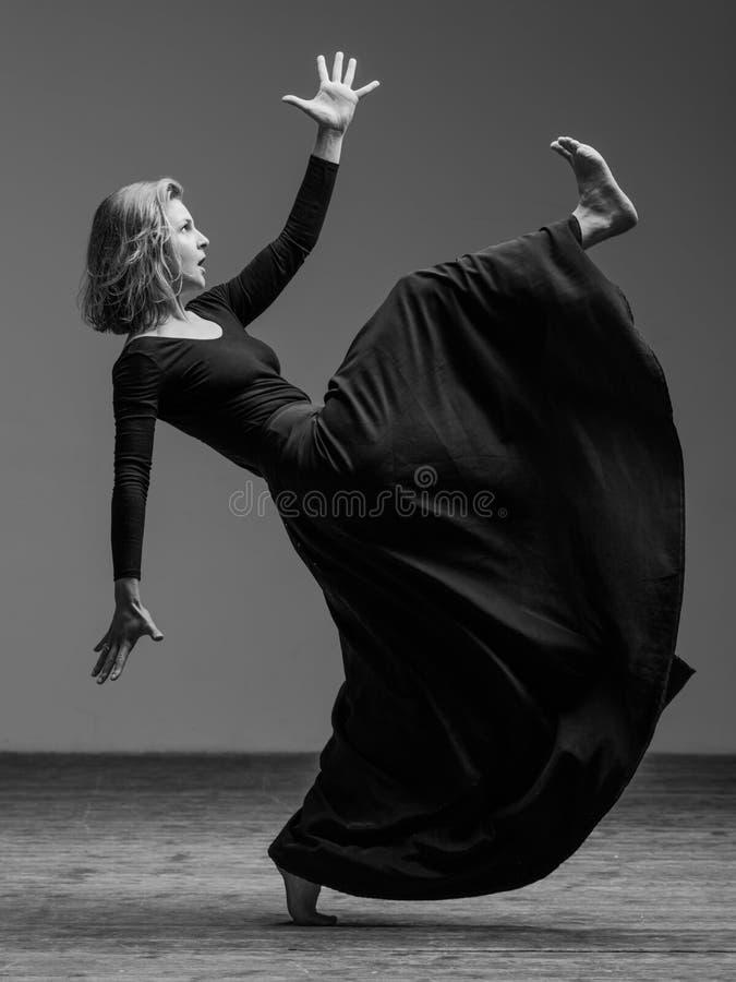 Junger schöner Tänzer wirft im Studio auf stockfotos