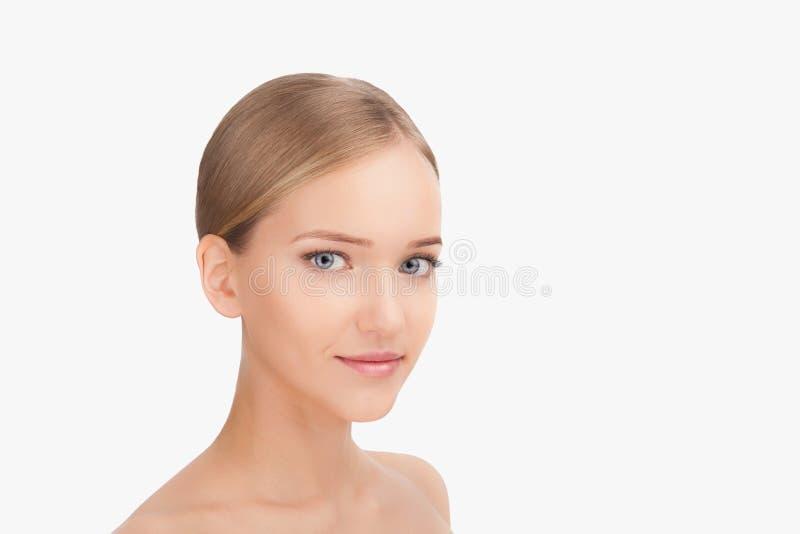 Junger schöner weiblicher Modellabschluß oben, werfend in der Schönheitsart auf Hautpflege-Konzept lokalisiert auf einem weißen H stockfoto