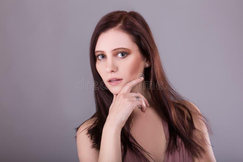 Junger schöner weiblicher Modellabschluß oben, werfend in der Schönheitsart auf Schönes vorbildliches Girl mit den perfekten fris lizenzfreie stockfotos